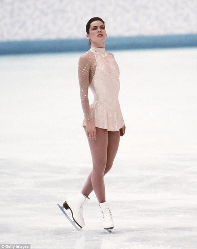 Vận động viên trượt băng người Mỹ Nancy Kerrigan mặc bộ đồ được thiết kế bởi nhà mốt Vera Wang tham dự Thế vận hội Olympic Mùa đông 1994. Phần tay áo trong suốt vừa đảm bảo sự gợi cảm tinh tế vừa đáp ứng tiêu chí trang phục mà Liên đoàn Trượt băng Thế giới đặt ra.