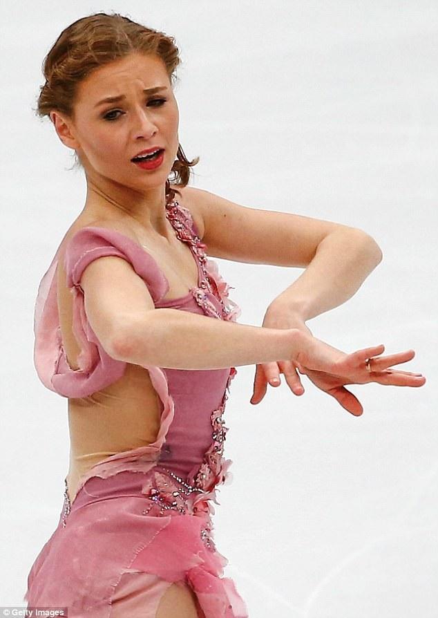 Vận động viên trượt băng người Pháp Laurine Lecavelier trong một bộ trang phục nhìn xa tưởng như hở lưng nhưng kỳ thực có một lớp vải trong suốt gần với màu da cô.