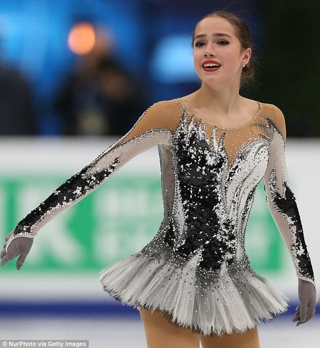 Vận động viên trượt băng người Nga Alina Zagitova xuất hiện trong bộ trang phục kín đáo, dù vậy, vẫn sử dụng một chút vải trong suốt để tăng tính gợi cảm.