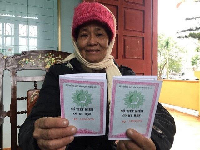 Bà ngoại cô bé Thanh Bình vui mừng nhận 2 sổ tiết kiệm, mỗi năm cũng mang lại cho bà cháu số tiền khoảng 10 triệu đồng