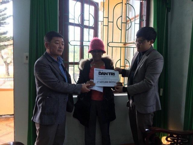Phóng viên Dân trí cùng đại diện chính quyền địa phương tiếp tục trao hơn 17 triệu đồng đến gia đình cô bé Thanh Bình