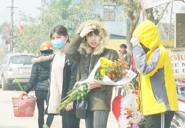 Các cô gái trẻ đi chợ chọn hoa. Bình hoa ngày Tết không chỉ mang sắc Xuân mà còn là nơi để người con gái trong gia đình thể hiện sự khéo léo, tinh tế của mình