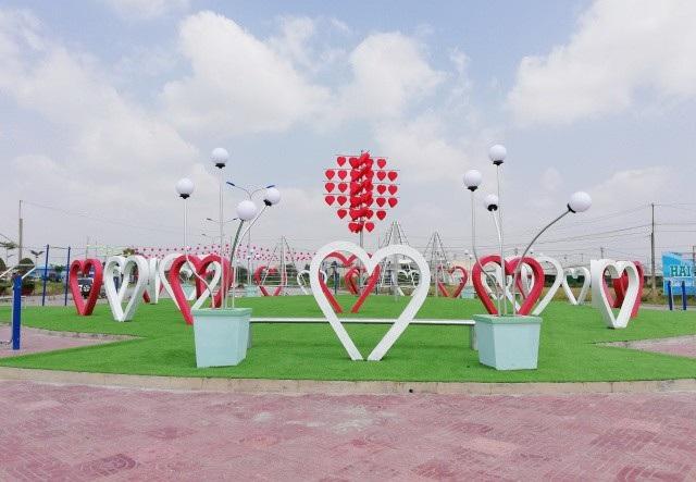 Con đường tình yêu với trọng tâm là những trái tim lớn được dựng nên tại khu vực vòng xoay bên trong khu địa ốc Bạc Liêu.