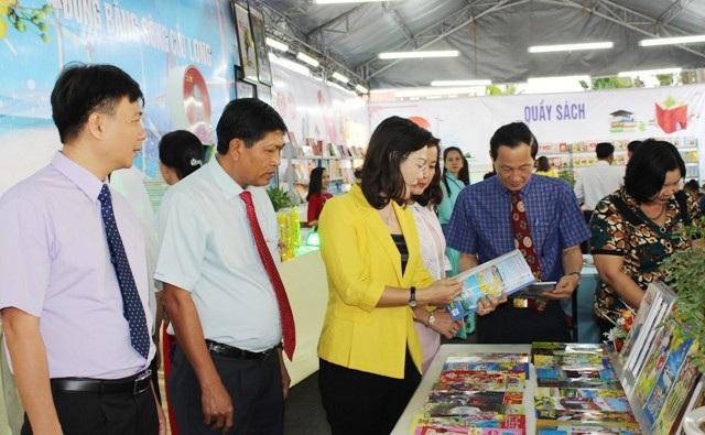 Lãnh đạo tỉnh Bạc Liêu tham quan các gian trưng bày báo Xuân.