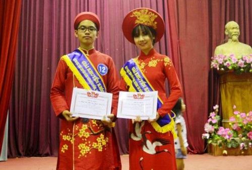 Nguyễn Thị Thanh Tâm (bên phải) đạt giải Khuyến khích trong cuộc thi học sinh Chuyên Hùng Vương tài năng, thanh lịch năm học 2016-2017.