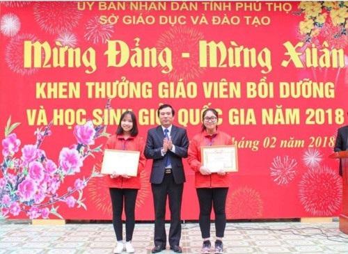 Lương Mỹ Hoa (ngoài cùng bên phải) nhận bằng khen từ Giám đốc Sở GD&ĐT Phú Thọ.
