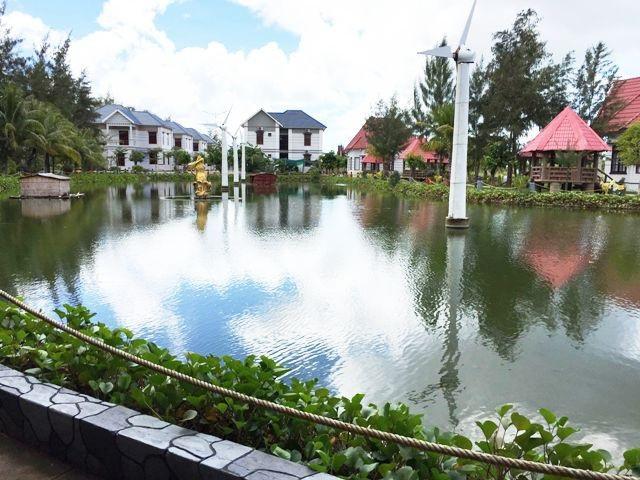 Hồ nước trong khu Khai Long nổi bật với những cột xoay gió.