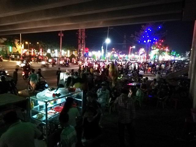 Hàng ngàn người dân thị xã Giá Rai (Bạc Liêu) đổ ra đường đón giao thừa. (Ảnh: Huỳnh Hải)