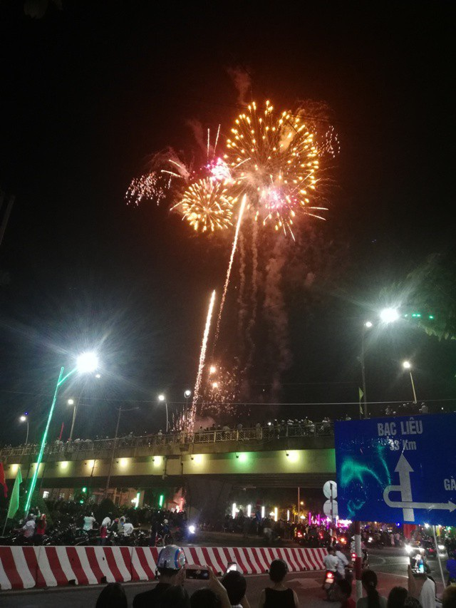Pháo hoa bừng sáng, người dân cả nước nao nức mừng năm mới - 78