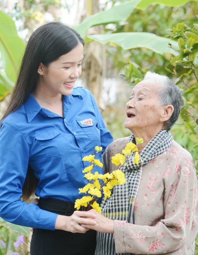 Hoa khôi Huỳnh Thúy Vi đến thăm Mẹ Việt Nam hùng ở Cần Thơ vào một ngày giáp Tết.