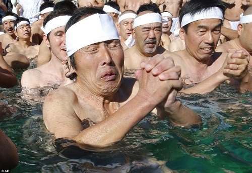 Tắm nước đá là nghi thức bắt nguồn từ Thần đạo, tôn giáo truyền thống của người Nhật Bản