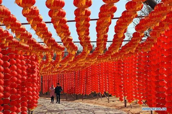 Đèn lồng đỏ rợp trời chào năm mới tại tỉnh Sơn Đông, Trung Quốc (Ảnh: News.cn)