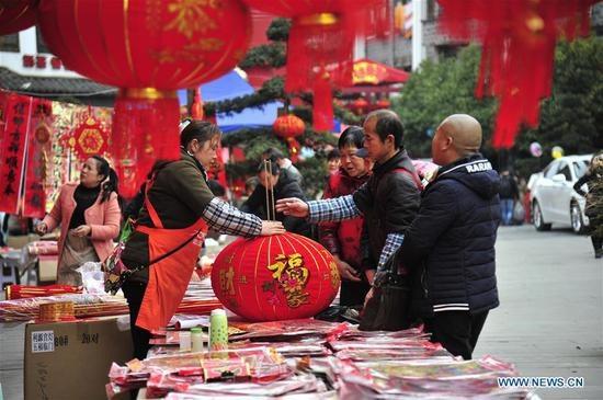 Người dân đi mua sắm chuẩn bị cho ngày Tết tại tỉnh Quý Châu, Trung Quốc (Ảnh: News.cn)