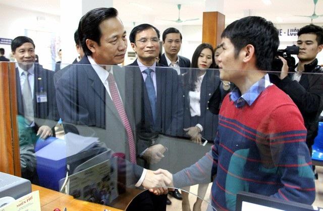 Bộ trưởng Đào Ngọc Dung gặp gỡ bạn trẻ tìm việc tại Trung tâm Dịch vụ việc làm Hà Nội.