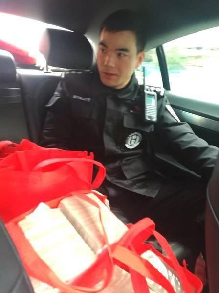  Nhờ sự giúp đỡ của cảnh sát, cả người và của đều về nhà an toàn.