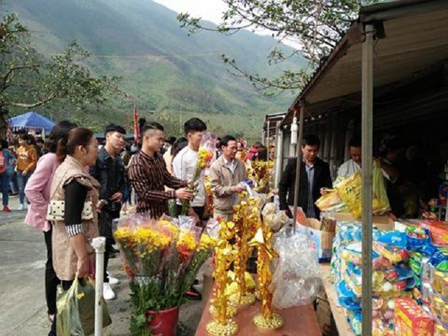 Người dân đến dâng hương, cầu an tại Đền thờ Thánh mẫu Liễu Hạnh