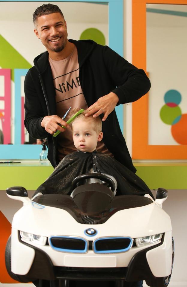 Tại tiệm cắt tóc của David, trẻ dưới 5 tuổi được ngồi trong những chiếc ghế ô tô đồ chơi. (Nguồn: SWNS)