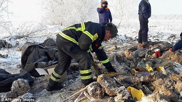 Lực lượng tìm kiếm cứu hộ tại hiện trường vụ rơi máy bay (Ảnh: AFP)