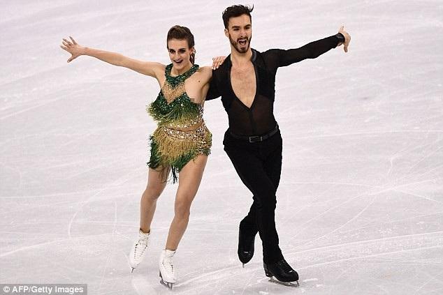 Vận động viên trượt băng người Pháp Gabriella Papadakis (22 tuổi) đã gặp sự cố trang phục khi nút cài ở cổ bất ngờ bật tung khi cô đang ở giữa bài biểu diễn.
