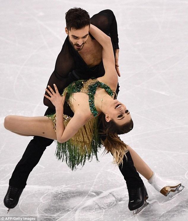 Trong ảnh, có thể nhìn thấy vòng tròn cổ áo của Gabriella đã rời ra, do nút cúc cài bị bật tung, khiến cô rơi vào một tình trạng rất khó xử, dù vậy, cặp đôi vận động viên đã tiếp tục hoàn tất bài nhảy, bất kể sự cố.