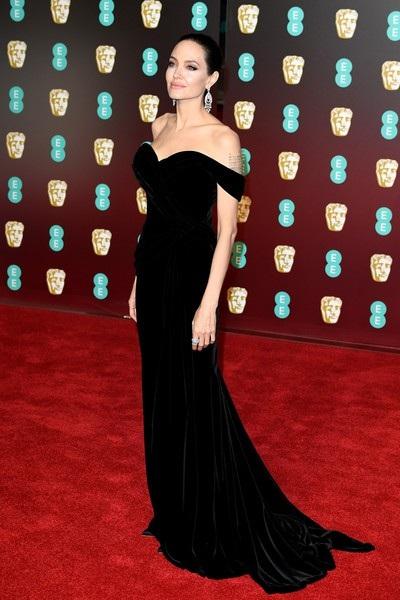 Bà Smith đẹp như nữ thần trên thảm đỏ