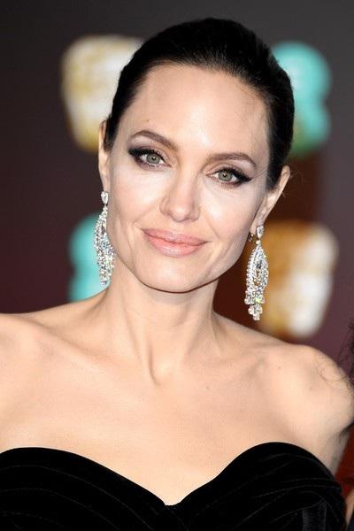 Nữ diễn viên 42 tuổi đeo đôi khuyên tai kim cương khủng
