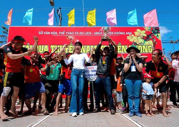 Hoa hậu HHen Niê cùng ban tổ chức trao giải cho đội thắng cuộc (ảnh Đ. Đoài)