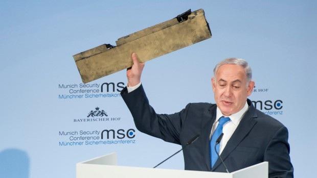 Thủ tướng Benjamin Netanyahu giơ mảnh vỡ máy bay do thám tại Hội nghị an ninh Munich ngày 18/2 (Ảnh: AP)