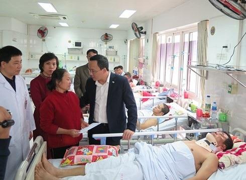 Phó chủ tịch chuyên trách Ủy ban ATGT Quốc gia Khuất Việt Hùng thăm hỏi, tặng quà động viên gia đình nạn nhân Phạm Sỹ Vinh, 58 tuổi, bị chấn thương cột sống do tai nạn xe máy