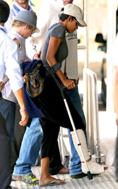 """Tai nạn trên phim trường phim """"Cloud Atlas"""" cũng đã khiến """"miêu nữ"""" Halle Berry phải chống nạng di chuyển trong suốt một thời gian dài."""