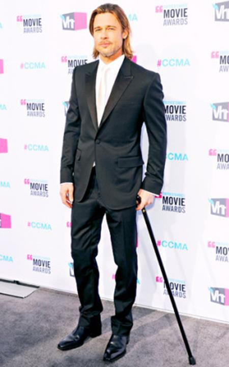 Nguyên nhân khiến cho Brad Pitt phải chống gậy xuất hiện trên thảm đỏ là do nam tài tử điển trai bị trượt chân khi đang cùng cô con gái Vivienne Jolie-Pitt đi xuống một triền đồi.