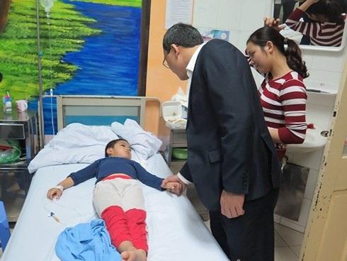Phó Chủ tịch Ủy ban ATGT Quốc gia thăm hỏi nạn nhân Hà Đức Hùng, 6 tuổi, ở huyện Phú Xuyên, Hà Nội, bị TNGT khi đang được bố mẹ chở bằng xe máy trên đường đê thì bị bò húc.