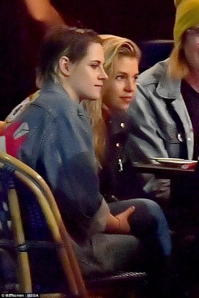 Kristen Stewart và bạn gái Stella Maxwell đi ăn tối tại một nhà hàng ở Los Angeles ngày 2/2 vừa qua