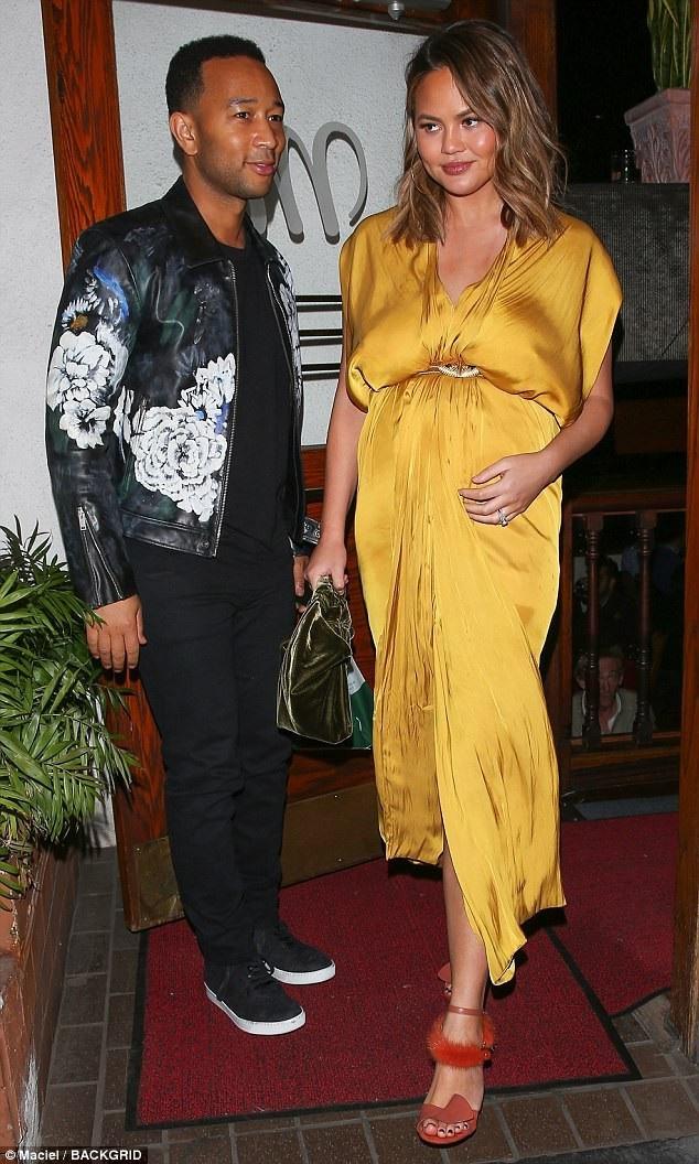 Siêu mẫu Chrissy Teigen bế bụng bầu đi ăn tối cùng chồng - ca sỹ John Legend tại Hollywood ngày 2/2 vừa qua