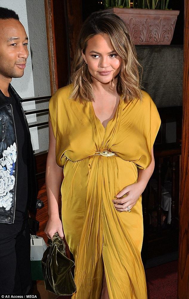 Người đẹp 31 tuổi diện bộ váy vàng sành điệu và nổi bật