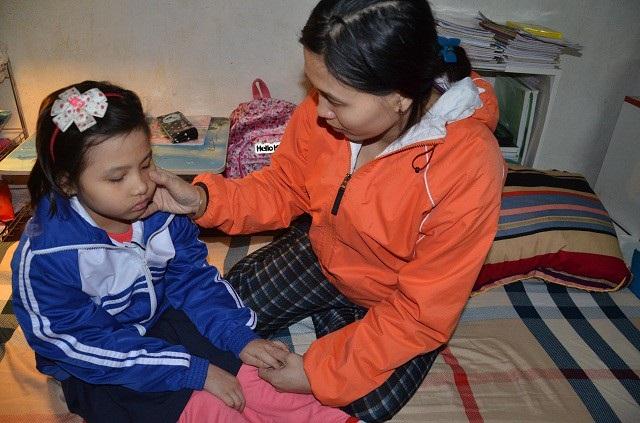 Vì mưu sinh bố mẹ bé rời bỏ quê hương lên thành phố ở trọ làm thuê. Nay con gái nhỏ mắc bệnh nan y, khiến cho cuộc sống của gia đình nghèo này càng thêm chật vật.