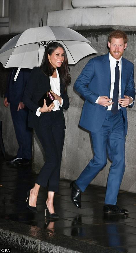 Meghan Markle diện bộ đồ trị giá hơn 2000 USD của hãng Alexander McQueen, ngoài ra cô còn đi giày Jimmy Choo và mang ví Prada