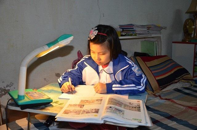 Dù mang bệnh hiểm nghèo, nhưng Khánh Huyền rất ham học.Những lúc không phải đến viện là bé ngồi vào bàn học.