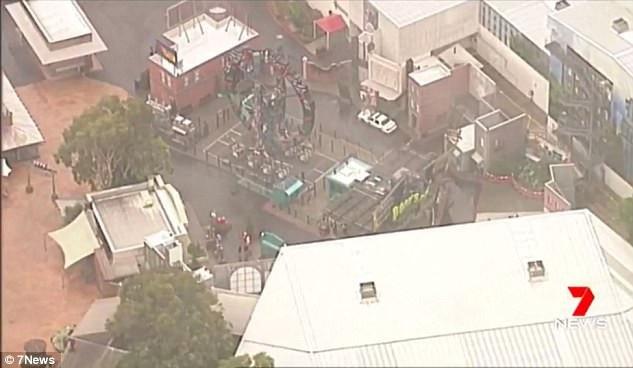 Theo thông báo chính thức từ phía công viên, những du khách gặp sự cố đã bị mắc kẹt trong 3 phút 25 giây.
