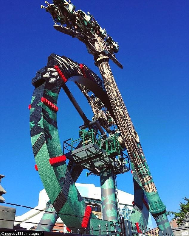 """Vòng quay """"Kẻ hủy diệt tận thế"""" bắt đầu được đưa vào hoạt động ở công viên điện ảnh Movi World hồi năm ngoái. Những vòng quay của nó chạy quanh 360 độ với tốc độ cao."""