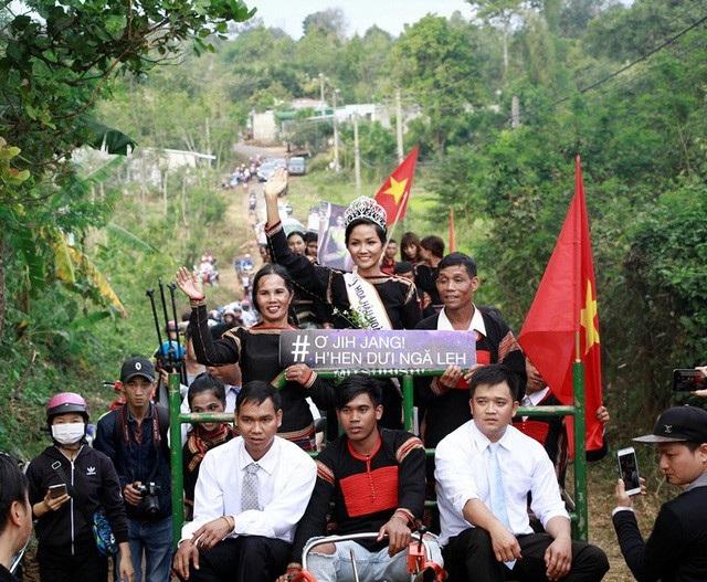 Hoa hậu Hoàn vũ HHen Niê được hàng trăm người dân chào đón khi trở về quê hương sau khi đăng quang