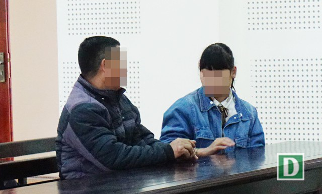 Nguyễn Thị Tím và bố tại phiên tòa xét xử kẻ đã bán em vào động mại dâm
