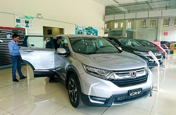 Khách xem xe Honda CR-V tại một đại lý tại quận Bình Tân, TP Hồ Chí Minh - Ảnh: Lovecar
