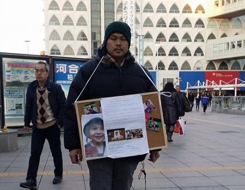 Anh Lê Anh Hào, cha bé Nhật Linh thu thập chữ khí ở ga tàu điện ngầm. (Ảnh: Facebook/ Nguyễn Thị Nguyên)