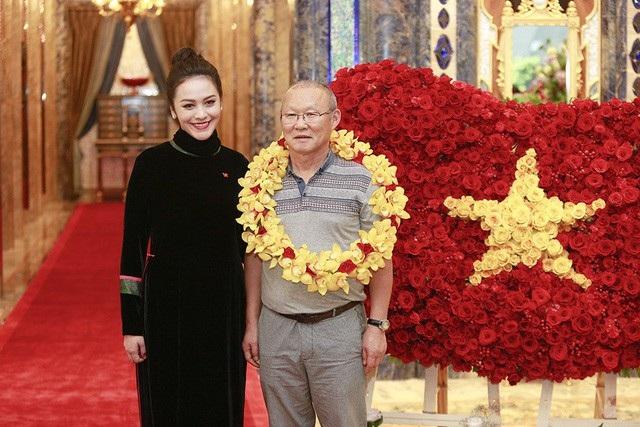 Nhằm thể hiện tình cảm nồng hậu dành cho đội tuyển U23 Việt Nam, The Reverie Saigon đã dụng công chuẩn bị lá cờ đỏ sao vàng được làm từ hơn 1500 cánh hồng nhung.