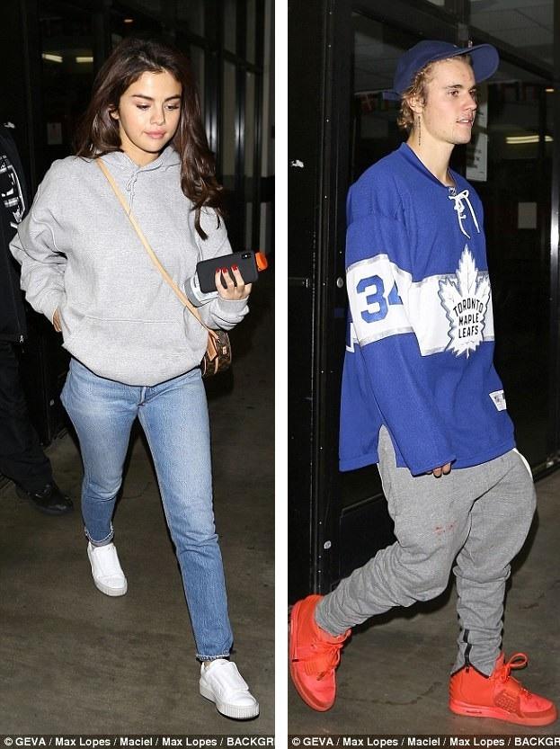 Selena Gomez tới theo dõi và ủng hộ trận bóng của Justin Bieber ở Los Angeles, ngày 1/2. Nữ ca sĩ kiêm diễn viên xinh đẹp ăn mặc rất giản dị.