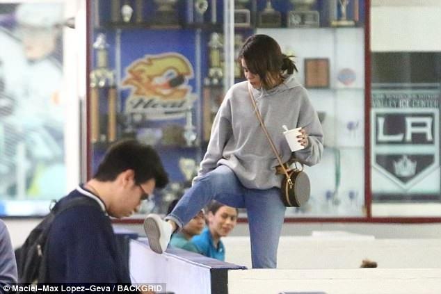 Đây là lần thứ hai, Selena theo bạn trai tới một trận bóng để ủng hộ anh. Tháng 11 năm ngoái, cô cũng khiến mọi người xôn xao khi xuất hiện tại sân bóng cùng Justin Bieber.