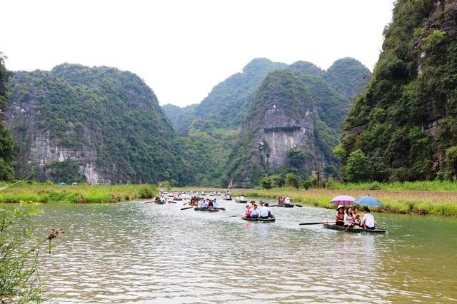 Đường vào đền Thánh Quý Minh (suối Tiên) trong quần thể danh thắng Tràng An.