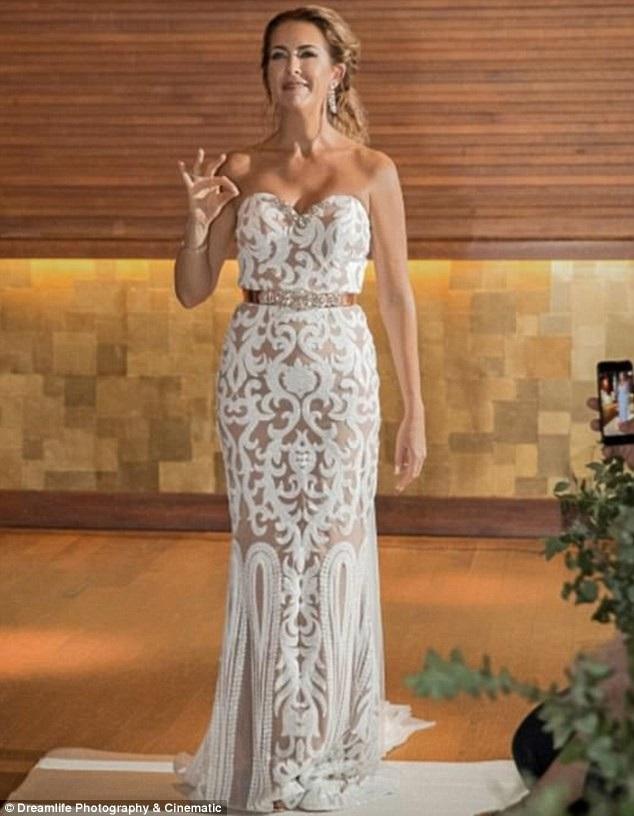 Cô dâu Elizabeth Shoesmith đã âm thầm dành ra nhiều tháng tự học ngôn ngữ ký hiệu để tạo nên niềm hạnh phúc bất ngờ cho người chồng khiếm thính của mình trong ngày cưới.