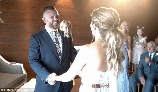 Cặp đôi đến từ Sydney (Úc) đã có một hôn lễ ấm cúng. Cô Elizabeth chia sẻ rằng bản thân cô cũng rất căng thẳng khi lần đầu sử dụng ngôn ngữ ký hiệu trong hôn lễ bởi cô biết có nhiều vị khách cũng là người khiếm thính đang có mặt trong lễ đường.